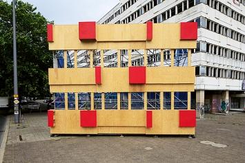Labor k3000 · fallingwild, 2019, Modell einer reliefartigen Holzfassade, die einen vielfältigen Lebensraum für Tiere und Pflanzen anbietet.Foto: Brian Karp
