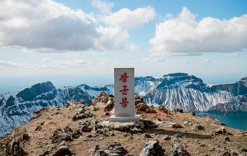Der Gipfel des Peaktusan mit Stele, Courtesy Alpines Museum der Schweiz.Foto: Gian Suhner