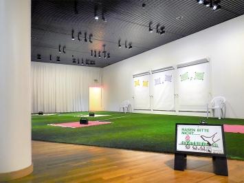 Schweinehunde und Spielverderber · Ausstellungsansicht: Schuhe ausziehen oder nicht?, Museum für Kommunikation Bern, 2020