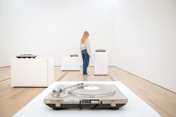Susan Philipsz · Seven Tears, 2016, Siebenkanal-Vinyl-Installation, Ausstellungsansicht Fondation Beyeler.Foto: Pati Grabowicz