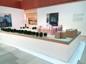 Christo und Jeanne-Claude · Modell des verhüllten Reichstags, Forum Würth Chur, 2018