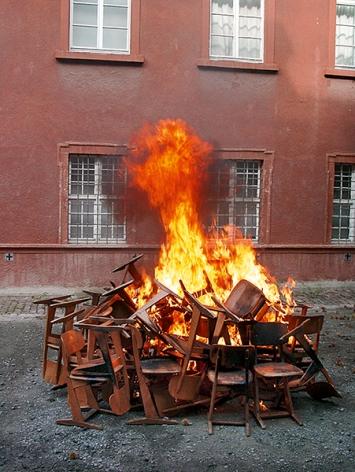 Chiharu Shiota · Waiting, 2002, Produktion im Hof des Museums für Neue Kunst Freiburg/B © ProLitteris