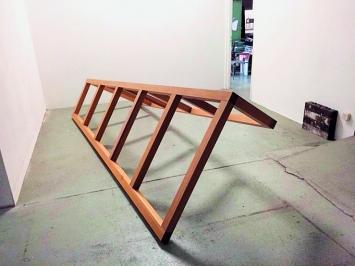 Benoît Delaunay · Bancal (Wackelig), 2015, kippbare Skulptur, Holz, 400x150cm, Atelieransicht