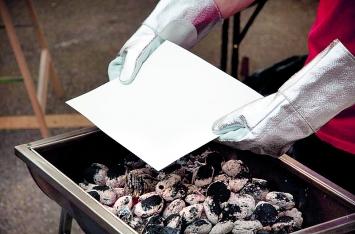 Benoît Delaunay · Les spécialistes, Installation und Performance, Kohle, Feuer, Thermohandschuhe, Aquarellpapier, chemische Lösung, 2010, Atelieransicht