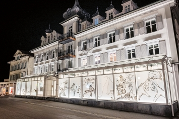 Monica Germann & Daniel Lorenzi · Window Paintings, 2020, Dunant Plaza bei Nacht. Foto: Urs Weber