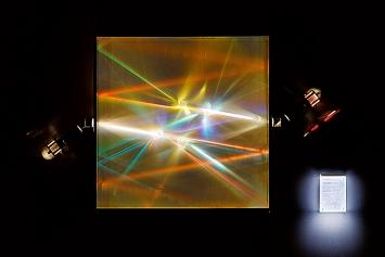 Alberto Biasi · Light Prisms, Cinereticolo spettrale, 1962–1965, mobile Kristallprismen, Plexiglas-Blöcke, Elektromotoren, Holzgehäuse, Courtesy ZKM © ProLitteris.Foto: Felix Grünschloss