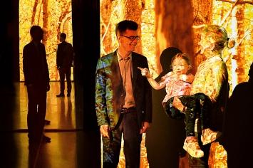 Peter Stohler mit Besuchern in der zentralen Sequenz der Installation Finsterwald.Foto: Nils Klinger