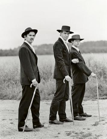 Anonymus · Jungbauern auf dem Weg zum Tanz, ca. 1913, aus: Meisterwerke der Fotokunst, Sammlung Tillmann und Vollmer, 1985, Silbergelatine auf Baryt ©Tillmann u. Vollmer
