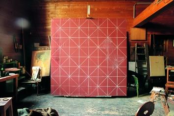 Balthus · Mise aux carreaux I, Öl und Kreide auf Leinwand, 225–230cm, Atelier Rossinière. Foto: Harumi Klossowska