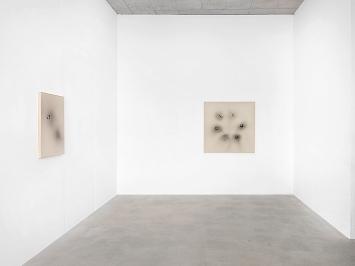 Mirko Baselgia · Imagine a White Surface with Irregular Black Spots, Galerie Heinzer Reszler, Lausanne.Foto: Julien Gremaud