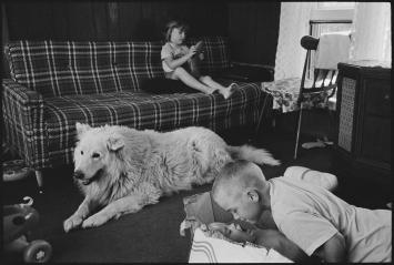 Martine Franck · Eames Family, Fishermen, Amagansett, United States, Juli 1983, Silbergelatineabzug, 30,3x45,75cm, Fondation Henri Cartier-Bresson, Paris ©Magnum Photo