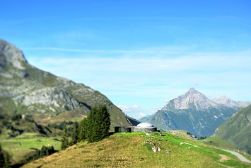 James Turrell · Skyspace, 2018, in der Vorarlberger Landschaft.Foto: Florian Holzherr