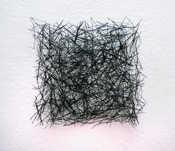 Isa Barbier · Carré noir, 1998, Piniennadeln aus Aleppo, Harz und Acryl