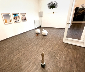 Melik Ohanian, Liliana Moro, Mnamsal Siedlecki, Elisabetta Benassi, Melik Ohanian (v.l.n.r.) · Ausstellungsansicht Galerie Michela Negrini, 2021 ©ProLitteris
