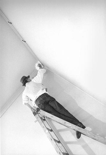 Joseph Beuys arbeitet an seiner Fettecke im Kunstmuseum Luzern, 1969 ©ProLitteris.Foto: Ernst Scagnet