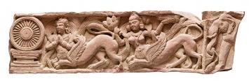 Querbalken eines Tors, Mathura, Ende 1. bis Anf. 2. Jh. n. Chr., roter Sandstein, 25,5x100 cm