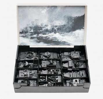 Paul Viaccoz · Boîte de jeux 1. Les Tanks, 2014–2015, Gemälde und Objekte, Öl, Acryl,14 x 40 x 60 cm.Foto: J. Bélat