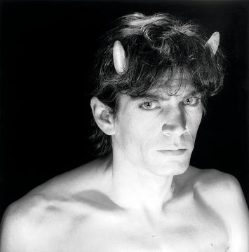 Robert Mapplethorpe · Selbstporträt, 1985, 40,6x50,8cm, Silbergelatineabzug