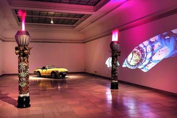 Raphaela Vogel · A Woman's Sports Car, Installationsansicht Haus der Kunst, 2018. Foto: Maximilian Geuter