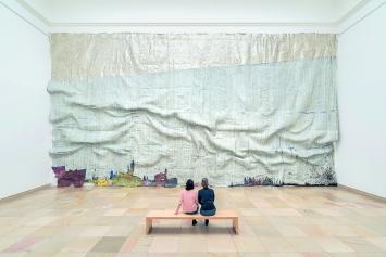 El Anatsui · Rising Sea, 2019, Ausstellungsansicht Haus der Kunst.Foto: Maximilian Geuter