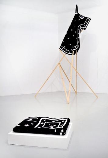 Renaud Auguste-Dormeuil · Starship, 2013, Installation, Holzgestell und Umhängung für Pferde, Galerie In Situ, Paris – Fabienne Leclerc