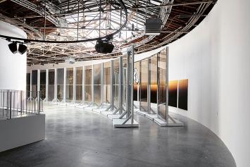 Anne Imhof · untitled (natures mortes), 2021, Öl auf Leinwand; Sieben Tafeln, je 250x175cm; Passage, 2021, Glas, Stahl, Holz, Acryl, Galerie Buchholz, Sprüth Magers.Foto: Andrea Rossetti