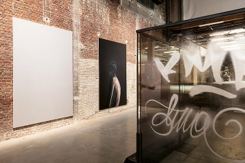 Anne Imhof · untitled, 2017, Öl auf Leinwand, 300x190cm; Room VI, 2021, Stahl, Glas; 235,5x220x310cm, Courtesy Galerie Buchholz, Sprüth Magers.Foto: Andrea Rossetti