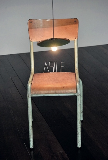 Claude Lévêque · Sans titre (Asile), 1988, Holz, Metall, Eisendraht und Glühbirne, 360x40x40cm, Musée d'Art moderne Paris ©ProLitteris.Foto: Patrick Pierrain