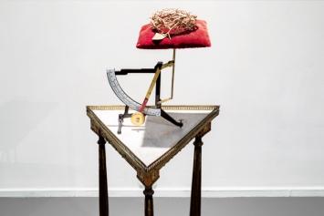 Nives Widauer · Das kleine Leiden, 2018, Briefwaage, Dornenkrone, Möbel ©ProLitteris.Foto: Margot Montigny