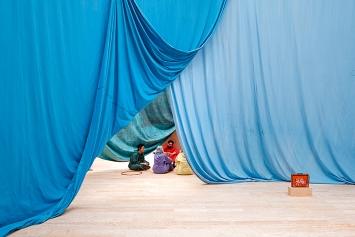 Ulla von Brandenburg · Le milieu est bleu, 2020, Ausstellungsansicht Palais de Tokyo.Foto: Aurélien Mole