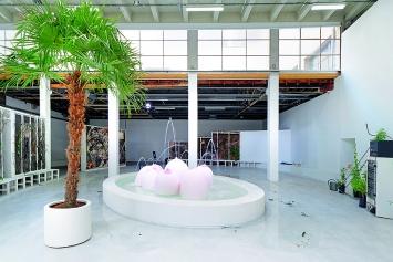 Laure Prouvost · Ring, Sing and Drink for Trespassing, 2018, Palais de Tokyo, Courtesy Nathalie Obadia, carlier | gebauer, Lisson Gallery.Foto: Aurélien Mole