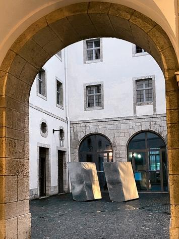 Barbezat-Villetard · Soleil des Loups, 2018, Zinkblech, Ansicht im Aussenraum des EAC