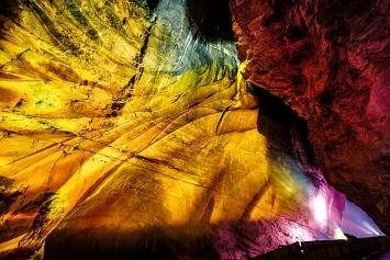 Fliessende Farben an den schroffen Felswänden der Taminaschlucht, Courtesy Light Ragaz