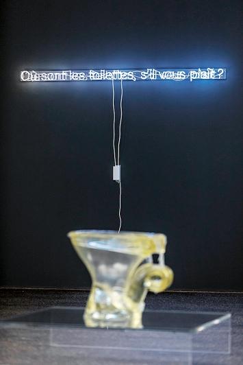 Bethan Huws · Où sont les toilettes, s'il vous plaît?, 2018, weisse Neonröhre, Argon, auf Plexiglas, Transformator, 8x173cm, Galerie Tschudi, Zuoz; Sarah Lucas, The Old In Out, 1998, Polyurethan.Foto: Peter Baracchi