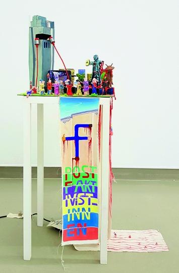 Anna Meyer · Postfaktivist_Innen, 2018, diverse Materialien, 40x50x135cm ©ProLitteris