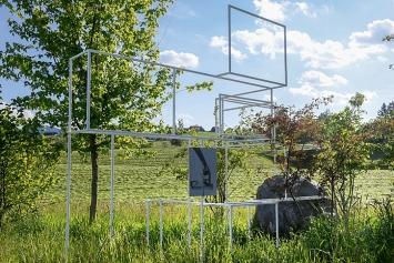 Sara Masüger · Tinnitus gardening, 2021, Stahl, Acrystal, Kalk, Lehm vom nahen Teichgrund