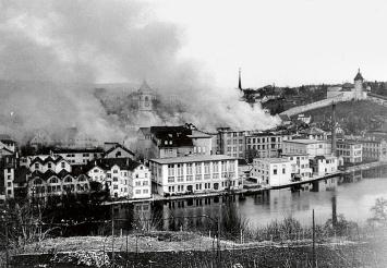 Schaffhausen kurz nach dem Bombardement mit den brennenden Bauten von Kammgarn und Museum, 1.April 1944, Courtesy Stadtarchiv Schaffhausen