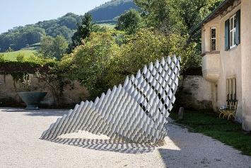 Andrea Wolfensberger · Eine Beziehungsweise. Uhu-Rufe, 2020, Faserzement, 300x400x150cm.Foto: Werner Hannappel