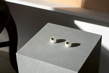 Kathrin Sonntag · Glass Eye Witness, 2020, Glasaugen (nach Kathrin Sonntag), MDF-Sockel, 93x26x26cm