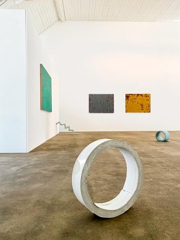 Pierre Haubensak/Eva Maria Gisler · Ausstellungsansicht, Kunstraum Medici, 2020; Bilder von P. Haubensak, Objekte von E. M. Gisler