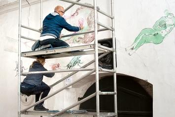 Germann/Lorenzi · Mit dem Kopf unter dem Arm flussabwärts, 2020, Pastell auf Verputz, ca. 7m breit, Dreibeinskreuzkapelle, Solothurn. Foto: Urs Amiet