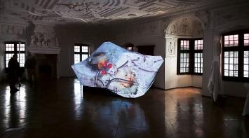 Peter Aerschmann · Hortus Digitalis, 2021, Videoprojektion auf weisses Tuch, Schloss Spiez