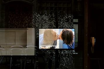 Martina Morger · Lèche-vitrines, 2020, Performance, Video, Loop, 18'57'.Foto: Sebastian Stadler