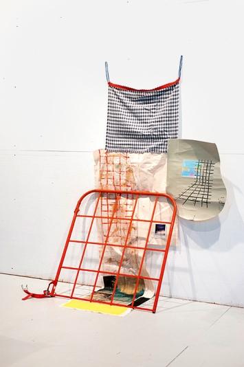 Aramis Navarro · Grid, 2021, Installationsaufnahme, diverse Materialien, Grösse variabel
