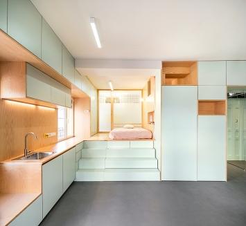 elii [oficina de arquitectura], Yojigen Poketto Apartment (Küchenzeile und Schlafbereich), Madrid, Spanien, 2017.Foto: Miguel de Guzmán+ Rocío Romero