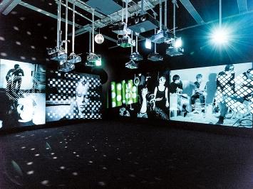Andy Warhol · a glittering alternative, 2020, Ausstellungsansicht mumok ©ProLitteris. Foto: Klaus Pichler