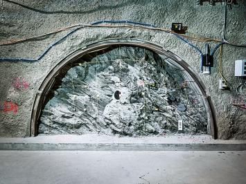 Marcel Rickli · Störzone, 2019, aus: Aeon; im Felslabor Mont Terri im jurassischen Saint-Ursanne wird untersucht, ob man radioaktive Abfälle in Opalinuston einlagern kann
