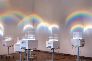 huber.huber · Regenbogenmaschinen, 2020, Overheadprojektoren, Plexiglaskuben.Foto: Rachel Bühlmann