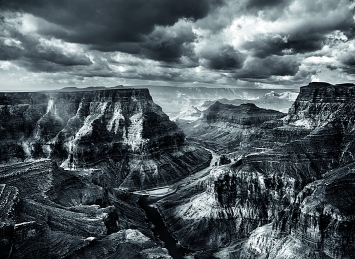 Sebastião Salgado · Blick vom Navajo-Territorium auf den Zusammenfluss von Colorado und Little Colorado, 2010, dahinter beginnt Grand-Canyon-­Nationalpark © Amazonas images
