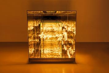 Brigitte Kowanz · Tipping Point, 2018, Neon und Spiegel, 60x60x60cm, Courtesy Häusler Contemporary München/Zürich